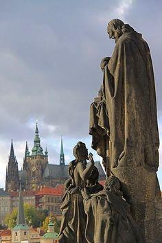 Praag - Sint-Vituskathedraal en Praagse burcht vanaf Karelsbrug met standbeeld St.Cyril and Methodius.