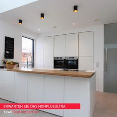 """#eweflagshippartner – Erwarten Sie das Nonplusultra. """"Mit einer ewe Küche ist man stets am Puls der Zeit – Freuen Sie sich auf eine innovative Küche in modernem Design, zu einem sehr guten Preisleistungs-Verhältnis!"""" 𝐈𝐧𝐠. 𝐉ü𝐫𝐠𝐞𝐧 𝐉𝐚𝐜𝐡𝐬 – 𝐉𝐚𝐜𝐡𝐬 𝐊ü𝐜𝐡𝐞𝐧, 𝐁𝐚𝐝 𝐈𝐬𝐜𝐡𝐥 #ewe #eweküchen #eweflagshippartner #küchekaufen Kitchen Room Design, Luxury Kitchen Design, Kitchen Cabinet Design, Kitchen Sets, Home Decor Kitchen, Kitchen Furniture, Kitchen Interior, Kitchen Dining, Küchen In U Form"""