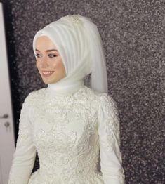 G r nt n n olas i eri i 1 ki i d n Muslimah Wedding Dress, Hijab Style Dress, Muslim Wedding Dresses, Muslim Brides, Bridal Dresses, Bridesmaid Dresses, Elegant Bride, Beautiful Bride, Bridal Hijab Styles