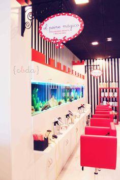 le peigne magique. salon de coiffure pour enfants avec aquarium.