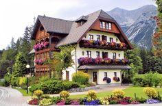 Austria Alpine House And Garden Alpine House, Alpine Chalet, Swiss Chalet, Estilo Tudor, Swiss House, German Houses, Beautiful Homes, Beautiful Places, Abandoned Houses