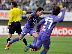 [ J1:第7節 広島 vs 名古屋 ] 今季ホームでまだ負けのない広島は1点を追うアディショナルタイム90+4分、森崎浩司からのボールを森脇良太(写真)が左足で決めて土壇場で同点に追いついた。  2012年4月21日(土):エディオンスタジアム広島