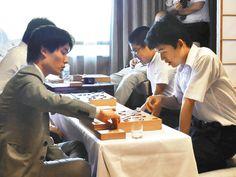 昨年7月、王位戦の記者控室で盤を挟む藤井聡太四段と佐々木勇気五段=愛知県犬山市