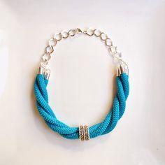 Collar corto con cuerda de escalada azul intenso y plateado