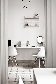 Minimal Workspace in Barcelona. Home office in Barcelona inspired by Scandinavian design. Simple minimal ideas to copy at home! Interior Design Blogs, Interior Decorating, Workspace Design, Office Workspace, Workspace Inspiration, Interior Inspiration, Eames, Ästhetisches Design, Small Home Offices