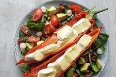 Salad with grilled peppers and brie!Spinach Salad with grilled peppers and brie! Brie, Vegetarian Recipes, Healthy Recipes, Good Food, Yummy Food, Paleo, Happy Foods, Healthy Salads, Kitchen Recipes