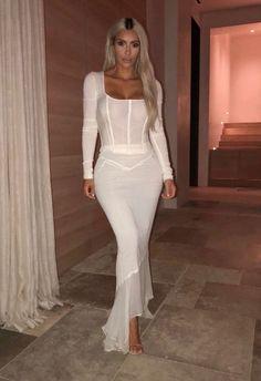 Kim Kardashian Skirt Crop Top Style Trend 2019 Wearing White Formfitting Matching Maxi Skirt With See-Through White Crop Top Fashion Inspiration Kim Kardashian Skirt, Kardashian Style, Kim Kardashian Wedding Dress, Kim K Style, Leder Outfits, Sexy Outfits, Fashion Models, Female Fashion, Men Fashion