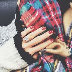 Red nails [@laurenkaysims]
