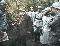 Clemenceau discute avec des poilus, Le Plémont (Oise), 6 mai 1918. © Roger-Viollet.