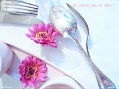 Hot pink flowers a sweet table Cereza Deco