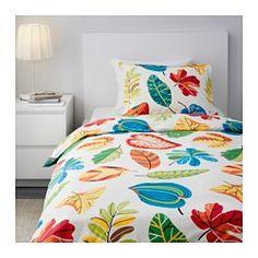 IKEA - JONILL, Dynebetræk og 1 pudebetræk, 140x200/60x70 cm, , Sengetøjet føles knitrende og køligt mod huden, fordi det er fremstillet af bomuld-percales, som er et fintrådet, tætvævet tekstil.Kæmmet bomuld giver sengetøjet en ekstra glat og ensartet overflade, der føles blød mod din hud.Dekorative, stofbetrukne knapper holder dynen og puden på plads.