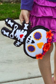 Aesthetic Nest: Craft: Day of the Dead Doll (Free Pattern) Adornos Halloween, Halloween Crafts, Christmas Crafts, Halloween Ornaments, Day Of The Dead Diy, Sewing Crafts, Sewing Projects, Crafts For Kids, Arts And Crafts