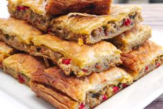 This is a fantastic recipe for Greek eggplant pie with peppers and feta cheese. Greek Recipes, Vegetable Recipes, Vegetarian Recipes, Cooking Recipes, Healthy Recipes, Frugal Recipes, Simple Recipes, Eggplant Dishes, Eggplant Recipes