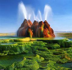 Fly Geysers, no estado de Nevada, Estados Unidos. Parece um cenário de filme ou até mesmo uma montanha de parque de diversões, mas essas formações são naturais. Além de estranhas, estão constantemente soltando grandes jatos que chegam a até 5 metros de altura.