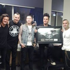 "Warner Music Canada — Platinum album ""Hail To The King"" ❤"