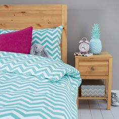 Available in 3 different colours, our 100% cotton Chevron Linen is the perfect option for teens looking for a new, on-trend style for their room. An eye-catching design makes this linen a popular choice for a refreshed bedroom look. Set consists of 1 x duvet cover and either 1 x standard pillowcase (single set) or 2 x standard pillowcases
