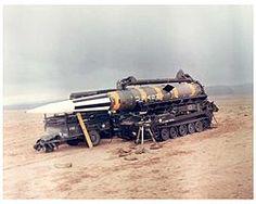 """El Pershing fue un misil balístico nuclear de medio alcance, desarrollado por los Estados Unidos y desplegado en sus batallones europeos en 1963. Con un alcance de unas 750 millas naúticas, se inscribe dentro de la estrategia por la cual podría desarrollarse una guerra nuclear """"pequeña"""" que sólo devastase Europa, sin llegar a alcanzar suelo soviético ni estadounidense (al menos directamente)."""