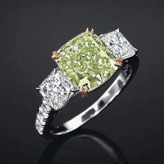 Bague en platine et or rose 18 carats en diamants blancs entourant un diamant vert fancy intense de 3.60 carats http://www.vogue.fr/joaillerie/a-voir/diaporama/la-vente-de-bijoux-magnificent-jewels-de-christie-s-a-new-york/18354/image/993847#!bague-diamant-vert-vente-magnificent-jewels-de-christie-039-s-a-new-york