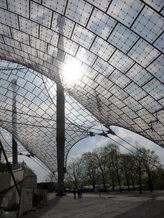 Techado de las principales instalaciones deportivas en el Parque Olímpico de Munich para los Juegos Olímpicos de 1972 de verano, desde 1968 hasta 1972, Munich, Alemania