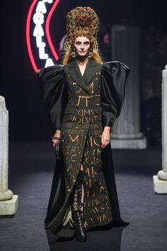 Moschino Pre-Fall 2019 Fashion Show Collection: See the complete Moschino Pre-Fall 2019 collection. Look 10 Fashion Art, Editorial Fashion, Luxury Fashion, Girl Fashion, Autumn Fashion, Fashion Outfits, Fashion Design, Kimono Fashion, Fashion History