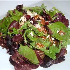 Salade met cranberry, geroosterde pecannoten en een frambozen-mosterd dressing