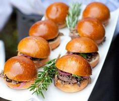 gourtmet sliders (for either cocktail hour or late night snack) - Happy wedding Party Mini Hamburgers, Snacks Für Party, Night Snacks, Bbq Party, Engagement Party Themes, Engagement Ideas, Truffle Mac And Cheese, Pulled Pork Sliders, Pulled Beef