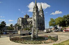 A Catedral Metropolitana, com capacidade para 5 mil pessoas é um dos principais ícones da religiosidade em Fortaleza. A edificação começou a ser erguida em 1938, no mesmo lugar da antiga Igreja da Sé, mas foi inaugurada em 1978 por Dom Aloísio Lorscheider.  A catedral está erguida no Centro de Fortaleza, próximo do mercado público e do forte Nossa Senhora de Assunção.