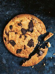 chewy chocolate chip cookies // butter, brown sugar, sugar, vanilla, milk, egg, flour, baking powder, baking soda, salt, dark chocolate