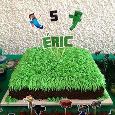 O tema do aniversário do Éric era Minecraft, então fizemos esse bolo com um gramado de glacê! 🌱🌱 #edebabar #minecraft