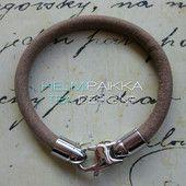 Hiekka kierros papukaijalukolla 25€ Leather Jewelry, Jewellery, Bracelets, Charm Bracelets, Jewels, Jewelry Shop, Jewelry, Bracelet, Arm Bracelets