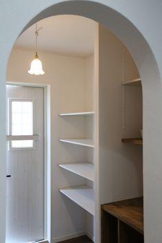 キッチン横に設けたパントリー。アーチの下がり壁がいい感じです♪