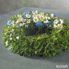 Moderne Trauerfloristik: Trauerkränze mit Blattwerk und Blütenschmuck - Birkenblätter-Kranz