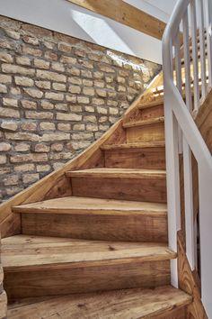 Inspiración- escaleras de madera - Arriba: la antigua escalera de madera de la granja brilla con un nuevo esplendor. House Entrance, Entrance Doors, Light Kitchen Cabinets, Under Stairs, Home Decor Bedroom, Indoor Plants, Cool Furniture, Interior Decorating, Sweet Home