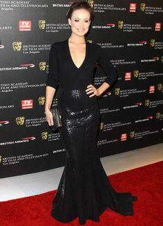 Aunque la vemos más a menudo con vestidos con mucho volumen en la falda, la línea sirena va perfecta con la silueta de la actriz, Olivia Wilde. Para muestra, este vestido negro de paillettes de Michael Kors.