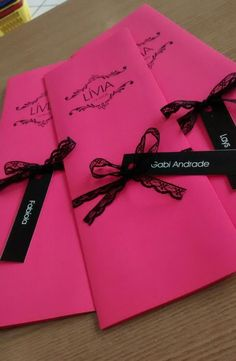 Convite em Papel Rosa Pink 180g, impresso em couche 230g, impressão laser, renda preta fina e tag com nome do convidado,