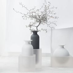 Order Freddo Schwarz/Glas Vase 30 cm made of Glass, Porcelain easily and securely online. Long Stem Flowers, Modern Home Furniture, Minimal Home, Egg Designs, Vase Centerpieces, Luxury Decor, Home Office Design, Ceramic Vase, Luxury Living