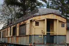 Old Diner Car Found this in an industrial area of north Raleigh, NC. It's seen better days as it's rusting away and relegated to being used for storage. Abandoned Ships, Abandoned Train, Abandoned Buildings, Abandoned Houses, Abandoned Places, Vintage Diner, 50s Diner, Old Steam Train, American Diner