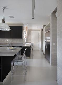 Madeira para aquecer o lar. Veja: http://casadevalentina.com.br/projetos/detalhes/madeira-para-aquecer-o-lar-669 #decor #decoracao #interior #design #casa #home #house #idea #ideia #detalhes #details #style #estilo #casadevalentina #wood #madeira #kitchen #cozinha