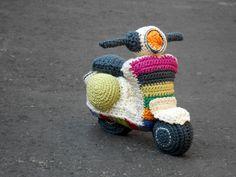 Pattern Vespa motorbike amigurumi. By Caloca by CalocaCrochet