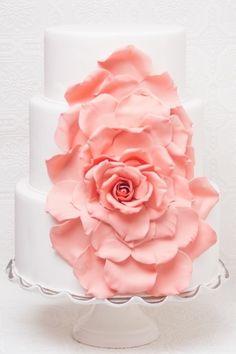 Torta de bodas decorada con pétalos naturales
