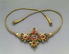 Necklace with Inset Stones and Braided Wire (8th-early 10th century). Eastern Javanese period. Gold with stones and wire. The Metropolitan Museum of Art, New York. The Samuel Eilenberg-Jonathan P. Rosen Collection of Indonesian Gold, Bequest of Samuel Eilenberg and Gift of Jonathan P. Rosen, 1998 (1998.544.465).