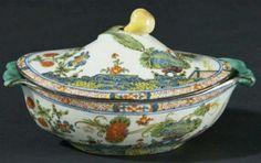 Salsiera con coperchio in maiolica policroma detta a garofano, la presa del coperchio a forma di pera con foglie. Faenza - Manifattura FERNIANI, XVIII sec.