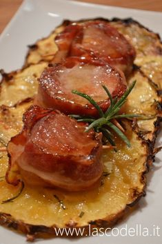 Poached pork with baked pineapple-Maiale in camicia con ananas al forno Poached pork with baked pineapple - Diced Pork Recipes, Meat Recipes, Cooking Recipes, Baked Pineapple, Slow Food, Casserole Dishes, I Love Food, Italian Recipes, Food To Make