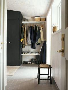 Entrée . colors . floor . closet .