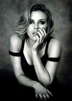 Famed photography Peter Lindbergh recently shot Scarlett Johansson for the April 2011 issue of Vogue China. In the editorial Scarlett goes black and white. Peter Lindbergh, Scarlett Johansson, Cindy Crawford, Looks Black, Black And White, Black Widow, Foto Glamour, Vogue China, Dolce E Gabbana
