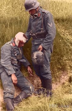 Two Gerfreiters, one with a serious head wound, belonging to the Leichte Flak-Abteilung with either the or Flak Division,… Luftwaffe, Paratrooper, Ww2 Uniforms, German Uniforms, German Soldiers Ww2, German Army, Man Of War, Ww2 Photos, Military History