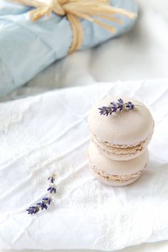Fresh: Lavender White Chocolate Macarons I don't like white chocolate but I *do* like Dessert Dessert Köstliche Desserts, Delicious Desserts, Dessert Recipes, Yummy Food, Dessert Healthy, Frosting Recipes, Chocolate Macaroons, French Macaroons, Chocolate Smoothies
