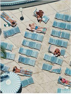 Slim Aarons, un #photographe à découvrir au plus vite. Des clichés kitschs au possible et tout en nuance de piscine ! #BAM