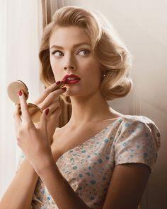 Dans la pièce, Estelle avait les inquiétudes au sujet de son rouge à lèvres. Les femmes des années 1940 porteraient de rouge à lèvres qui était rouge brillant.