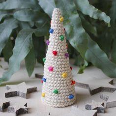 Hilde haakt: Kerstboom met kerstballen haken Christmas Holidays, Merry Christmas, Christmas Ornaments, Holiday Crafts, Holiday Decor, Reindeer, Free Pattern, Kitty, Diy Crafts